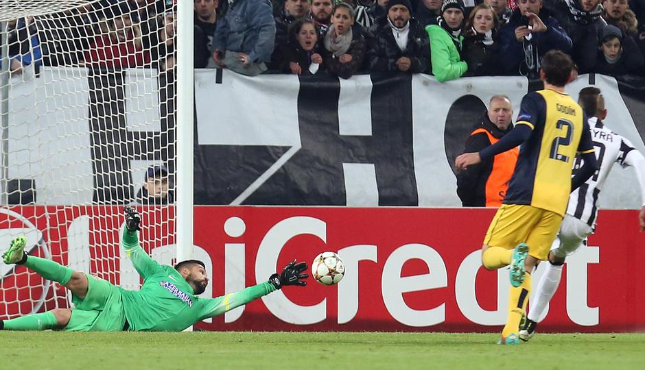 Temporada 14-15. Champions League. Juventus - Atlético de Madrid. Moyá saca un balón raso ajustado al palo.