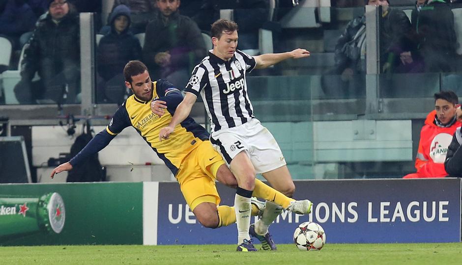 Temporada 14-15. Champions League. Juventus - Atlético de Madrid. Mario Suárez se tira en segada para robar un balón.