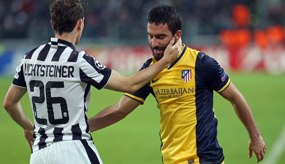 Temporada 14-15. Champions League. Juventus - Atlético de Madrid. Arda se saluda con un rival.