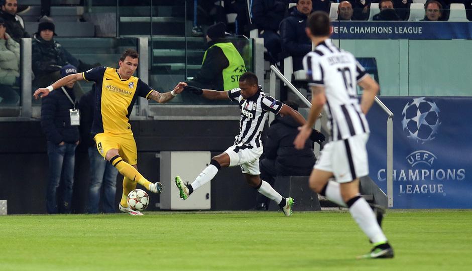 Temporada 14-15. Champions League. Juventus - Atlético de Madrid. Evra busca quitar el balón a Mandzukic.