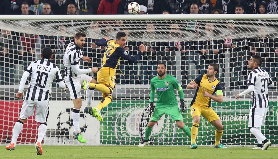 Temporada 14-15. Champions League. Juventus - Atlético de Madrid. Giménez despeja con un cabezazo un balón aéreo.