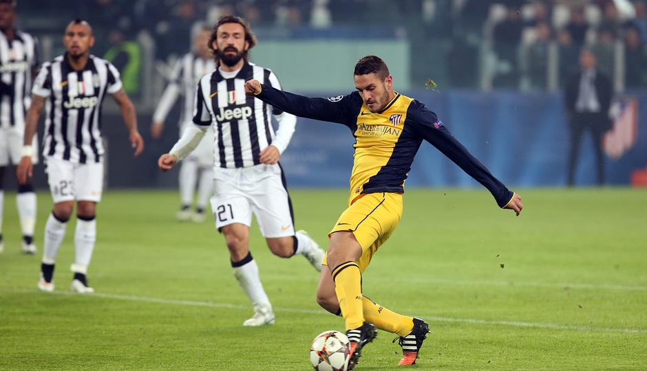 Temporada 14-15. Champions League. Juventus - Atlético de Madrid. Koke dispara a portería dentro del área.