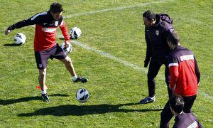 Liga 2012-13. Koke controla un esférico en un rondo en Majadahonda antes del partido contra el Espanyol