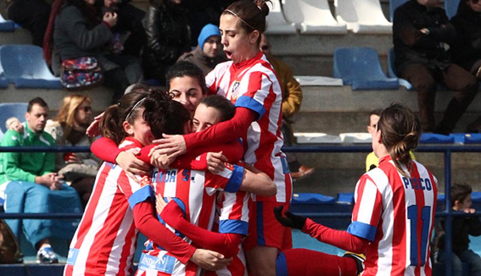 Liga 2012-2013. Las jugadoras del Atlético de Madrid Féminas celebran uno de los goles ante el Prainsa Zaragoza, partido jugado en la capital maña.