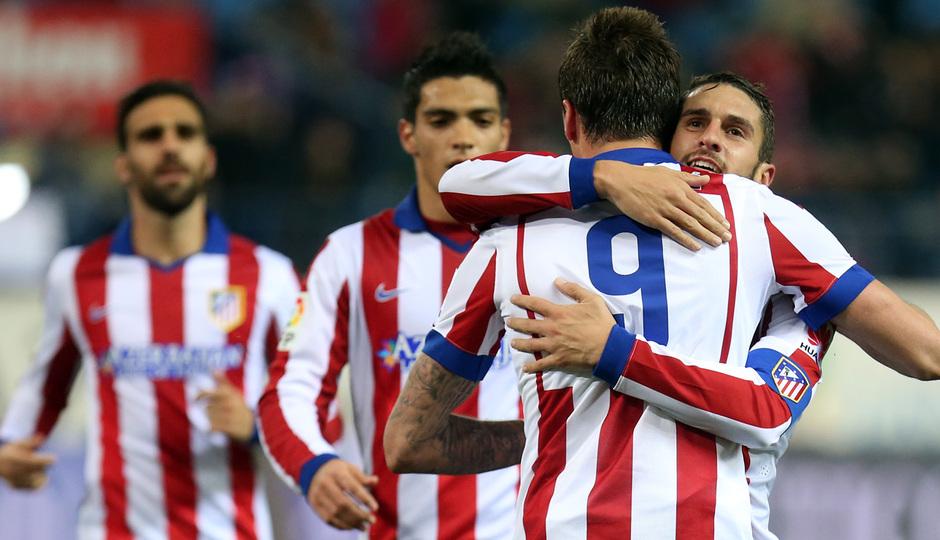 temporada 14/15. Partido Atlético de Madrid Hospitalet. Koke abrazando a Mandzukic durante el partido
