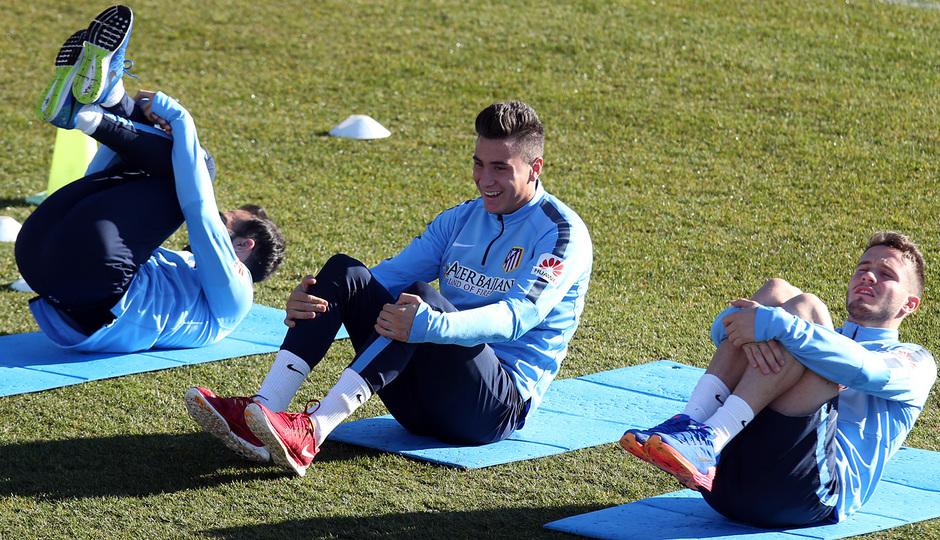 Temporada 14-15. Entrenamiento 19/12. Gámez, Giménez y Saúl estiran al inicio de la sesión. Foto: Ángel Gutiérrez