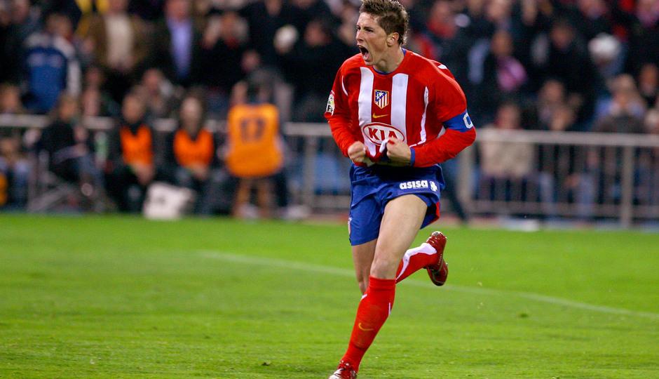 Fernando Torres celebra uno de sus goles con la rojiblanca