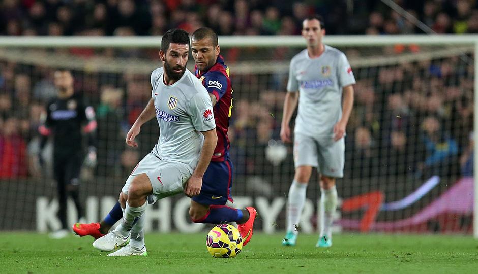 Temporada 14-15. Jornada 18. FC Barcelona-Atlético de Madrid. Arda protege el balón ante Alves.