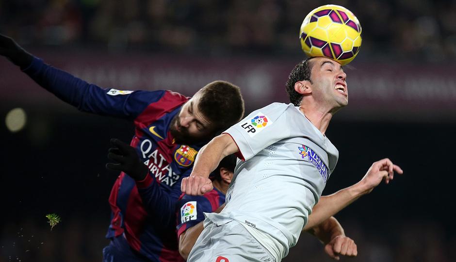 Temporada 14-15. Jornada 18. FC Barcelona-Atlético de Madrid. Godín se lleva un balón de cabeza.
