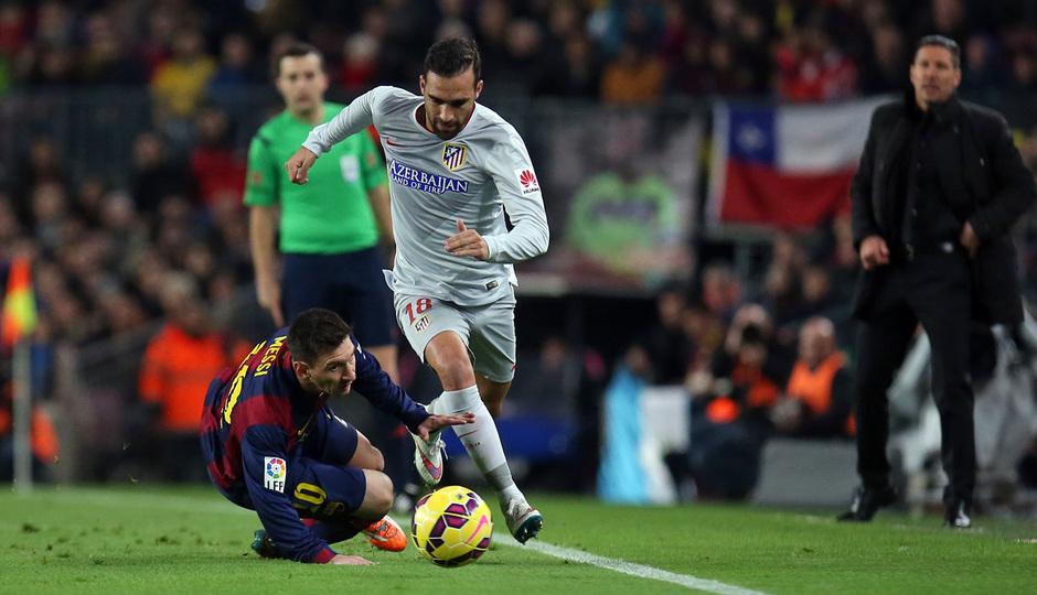 Temporada 14-15. Jornada 18. FC Barcelona-Atlético de Madrid. Gámez se lleva un balón ante la mirada de Messi.