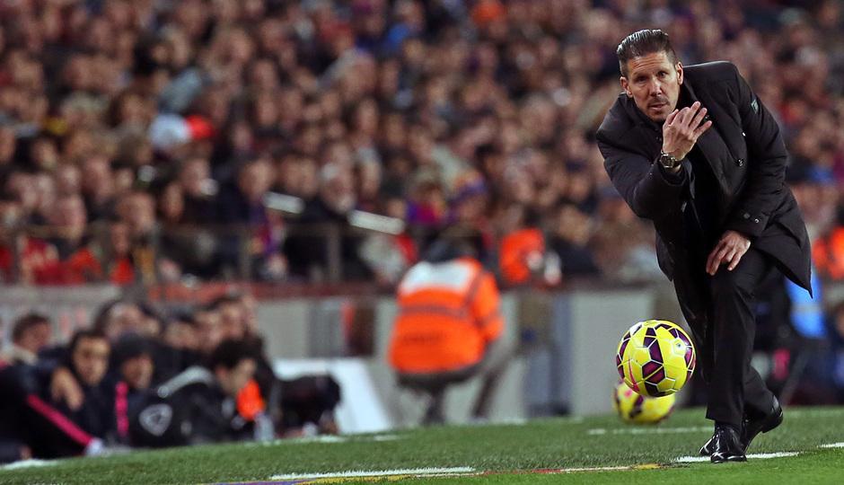 Temporada 14-15. Jornada 18. FC Barcelona-Atlético de Madrid. Simeone entrega un balón al juego.