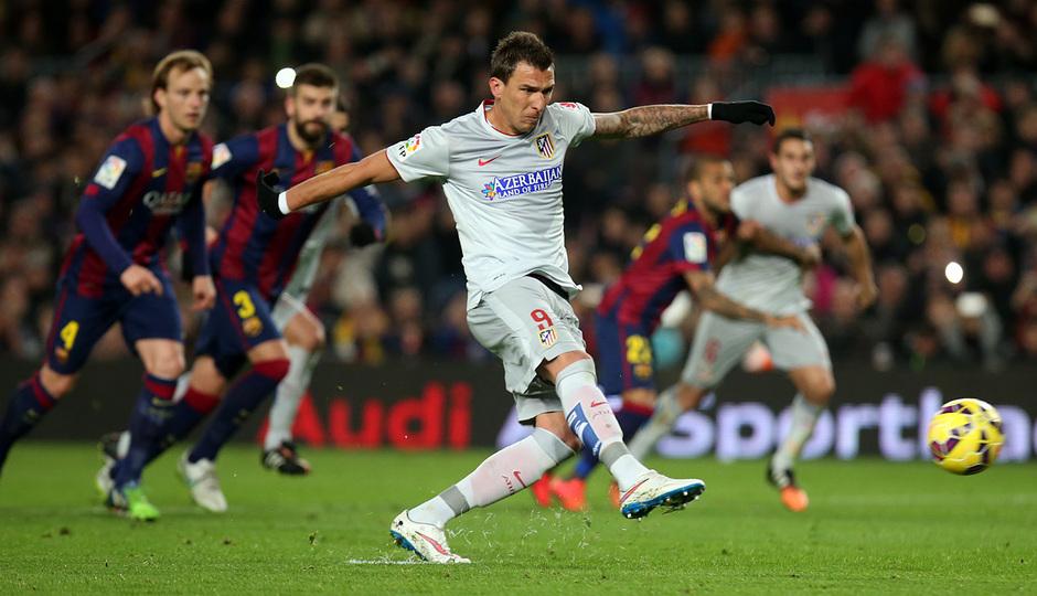 Temporada 14-15. Jornada 18. FC Barcelona-Atlético de Madrid. Mandzukic anota de penalti.