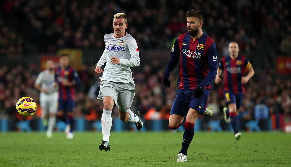 Temporada 14-15. Jornada 18. FC Barcelona-Atlético de Madrid. Griezmann corre junto a Piqué.