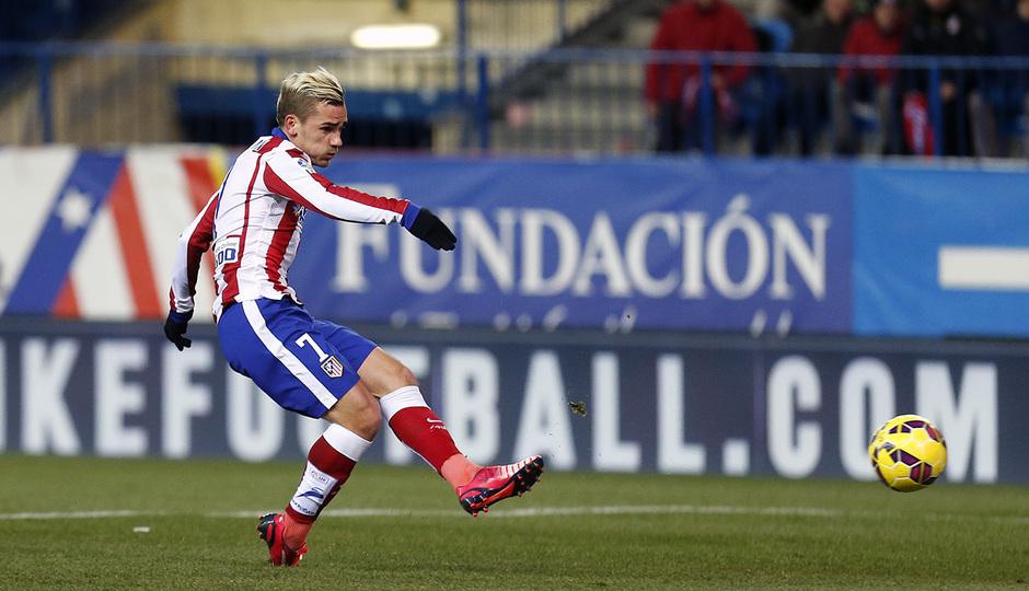 Temporada 14-15. Atlético de Madrid - Rayo Vallecano. Griezmann dispara para abrir el marcador.