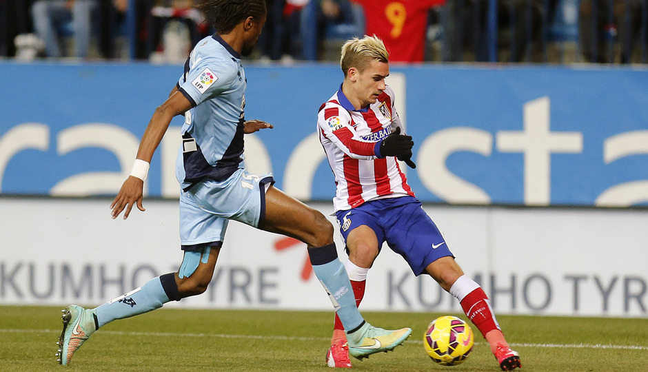 Temporada 14-15. Atlético de Madrid - Rayo Vallecano. Griezmann recorta en el área.