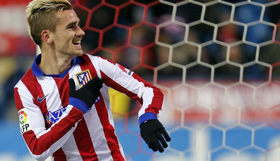 Temporada 14-15. Atlético de Madrid - Rayo Vallecano. Griezmann señala su escudo en la celebración del gol.