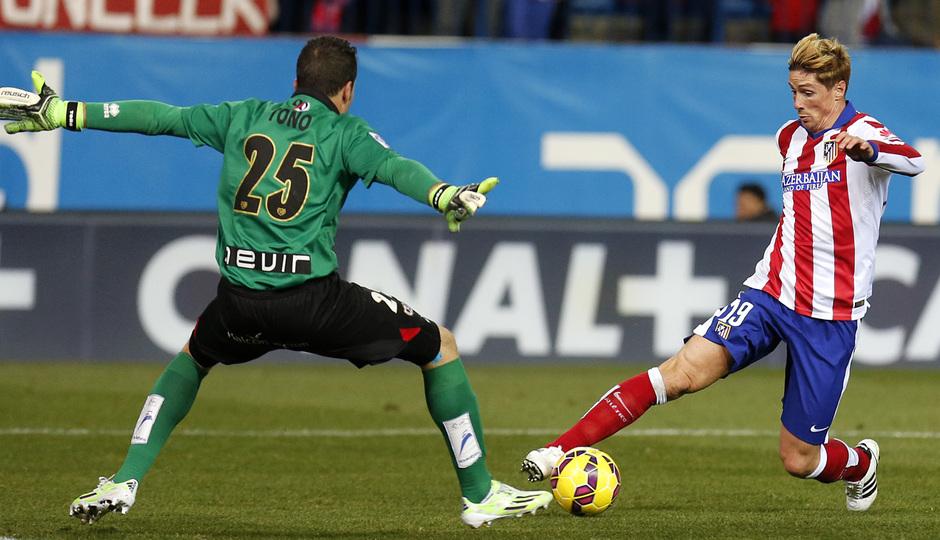 temporada 14/15. Partido Atlético de Madrid Rayo. Torres controlando un balón durante el partido