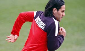 Temporada 12/13. Entrenamiento, Falcao corriendo durante el entrenamiento en el estadio Vicente Calderón, plano medio