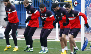 Temporada 12/13. Entrenamiento, Pulido, Cisma, Cebolla, Raúl, y Koke realizando ejercicios durante el entrenamiento en el Estadio Vicente Calderón