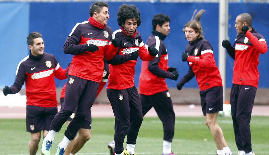 Temporada 12/13. Entrenamiento, Arda y Cebolla saltando durante el entrenamiento en el estadio Vicente Calderón