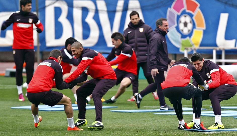Temporada 12/13. Entrenamiento, Cata Díaz, Courtois, Diego Costa  Koke realizando ejercicios durante el entrenamiento en el Estadio Vicente Calderón