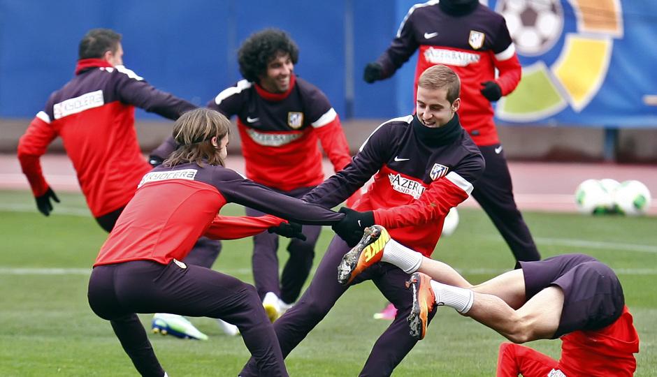 Temporada 12/13. Entrenamiento, Pulido y Cisma realizando ejercicios durante el entrenamiento en el Estadio Vicente Calderón