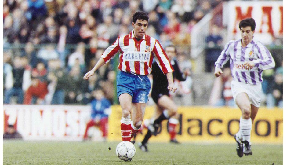 Manolo conduce un balón ante el Valladolid en los 90