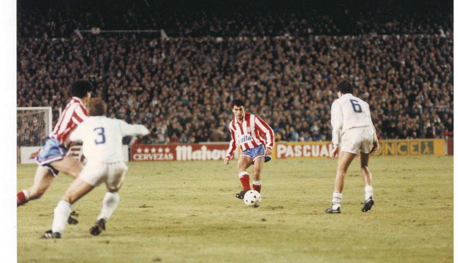 Manolo en un partido ante el Real Madrid en los 90