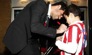 Copa del Rey 2012-13. Diego Costa firma una camiseta a un niño en Sevilla