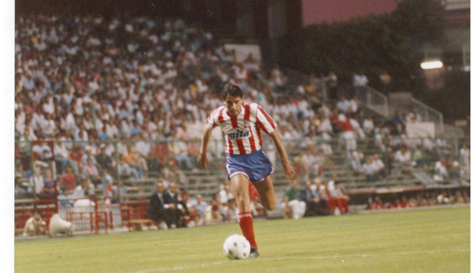 Manolo avanza con un balón controlado en los 90