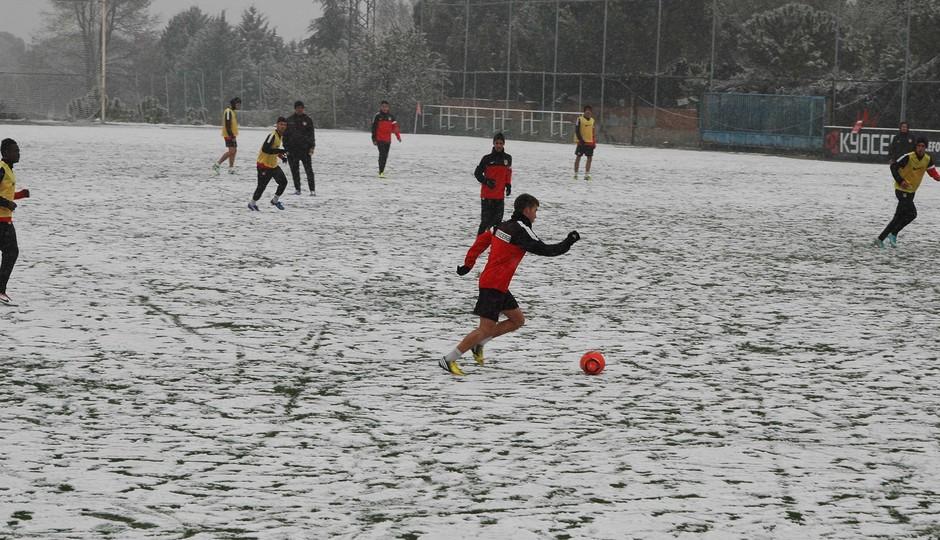 El C se entrena bajo la nieve con balón rojo