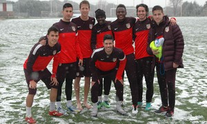 Los jugadores del C posan en un campo cubierto por la nieve
