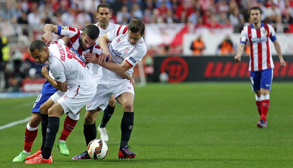 Temporada 14-15. Jornada 25. Sevilla - Atlético de Madrid. Arda intenta salir del acoso rival.