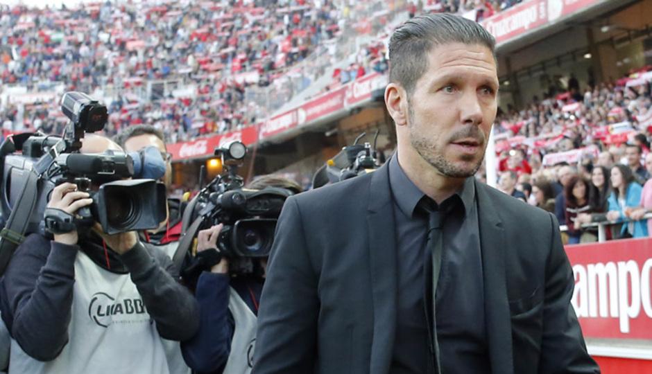 Temporada 14-15. Jornada 25. Sevilla - Atlético de Madrid. Simeone se dispone a saludar a Emery.