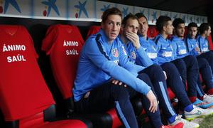 Temporada 14-15. Jornada 25. Sevilla - Atlético de Madrid. Camisetas en el banquillo de ánimo a Saúl.