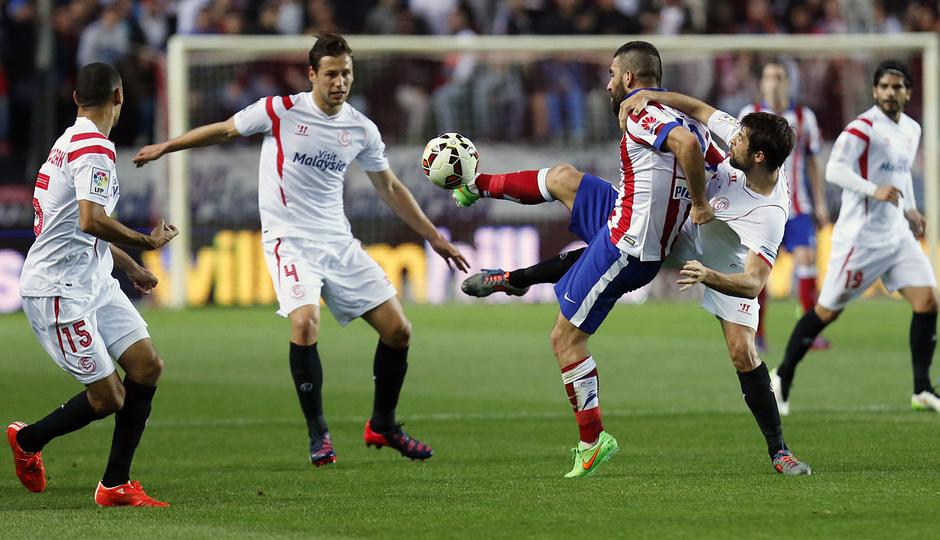 Temporada 14-15. Jornada 25. Sevilla - Atlético de Madrid. Arda realiza un control complicado de espaldas.