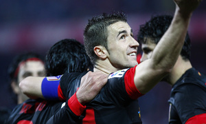 COPA DEL REY 2012-2013. Gabi agradece con su gesto a la afición su apoyo desde la grada del Sánchez Pizjuán de Sevilla.