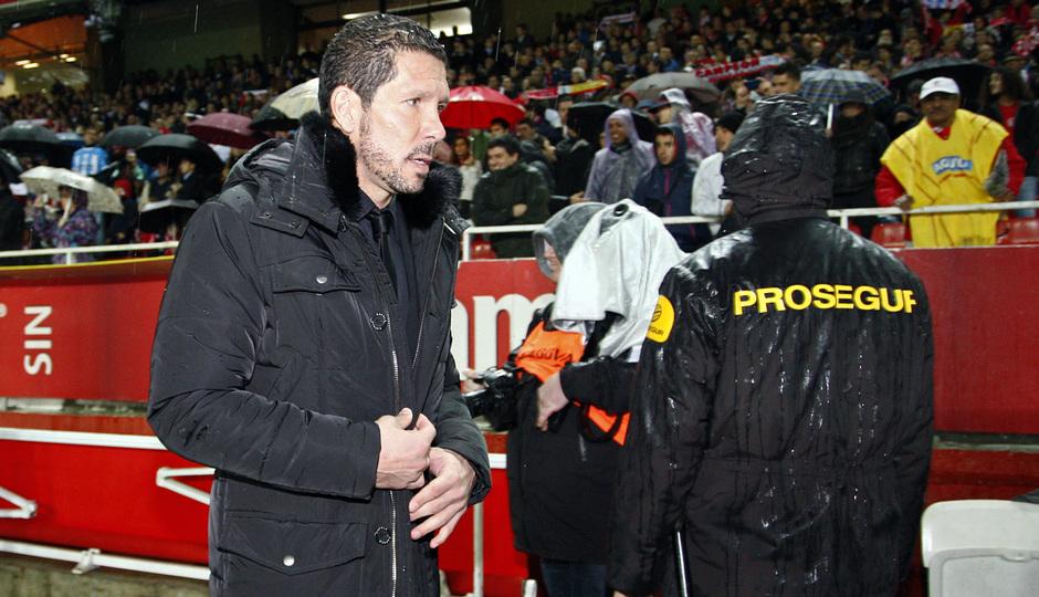 Simeone en la banda en el encuentro de Sevilla en la vuelta de Copa