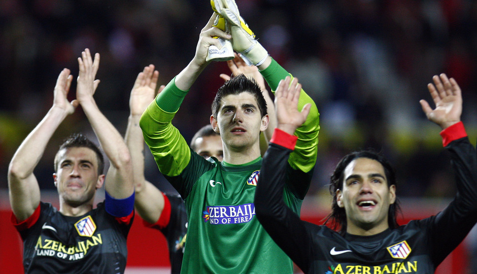 Temporada 12/13. Partido. Semifinales de la Copa del Rey. Courtois, Gabi y  Falcao saludando a los aficionados tras el partido en el Pizjuán