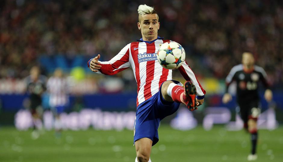 Atlético de Madrid - Bayer Leverkusen. Vuelta de octavos de final. Champions League. Griezmann controla el balón.