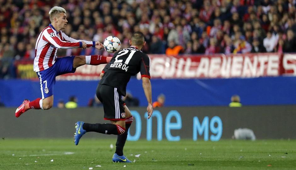 Atlético de Madrid - Bayer Leverkusen. Vuelta de octavos de final. Champions League. Griezmann baja el balón.