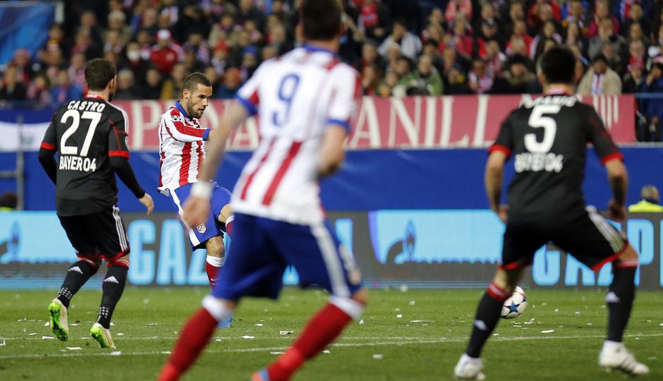 Atlético de Madrid - Bayer Leverkusen. Vuelta de octavos de final. Champions League. Mario Suárez dispara para anotar el primero de la noche.