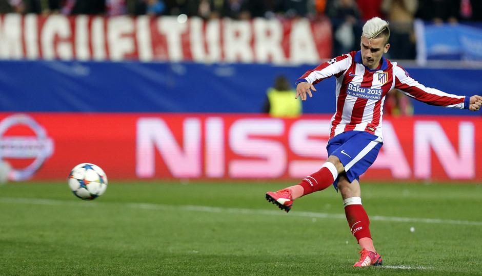 temporada 14/15. Partido Atlético Bayer de Champions. Griezmann disparando a puerta durante el partido
