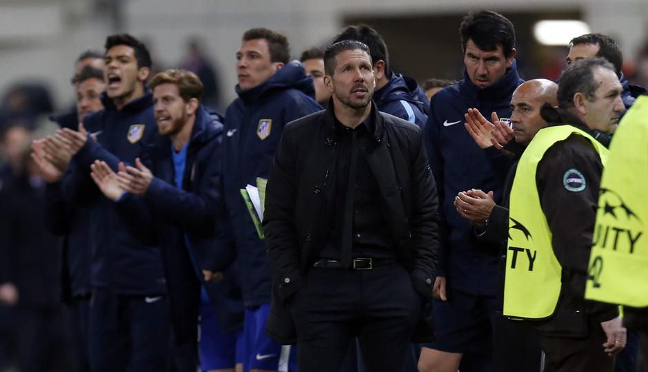 temporada 14/15. Partido Atlético Bayer de Champions. Simeone en el banquillo durante el partido