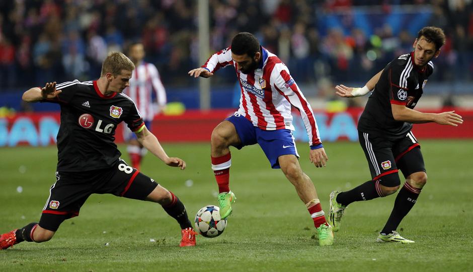temporada 14/15. Partido Atlético Bayer de Champions. Arda controlando un balón durante el partido