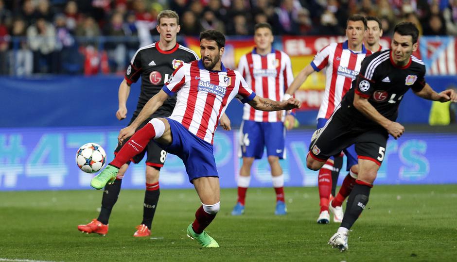 temporada 14/15. Partido Atlético Bayer de Champions. Raúl rematando un balón durante el partido