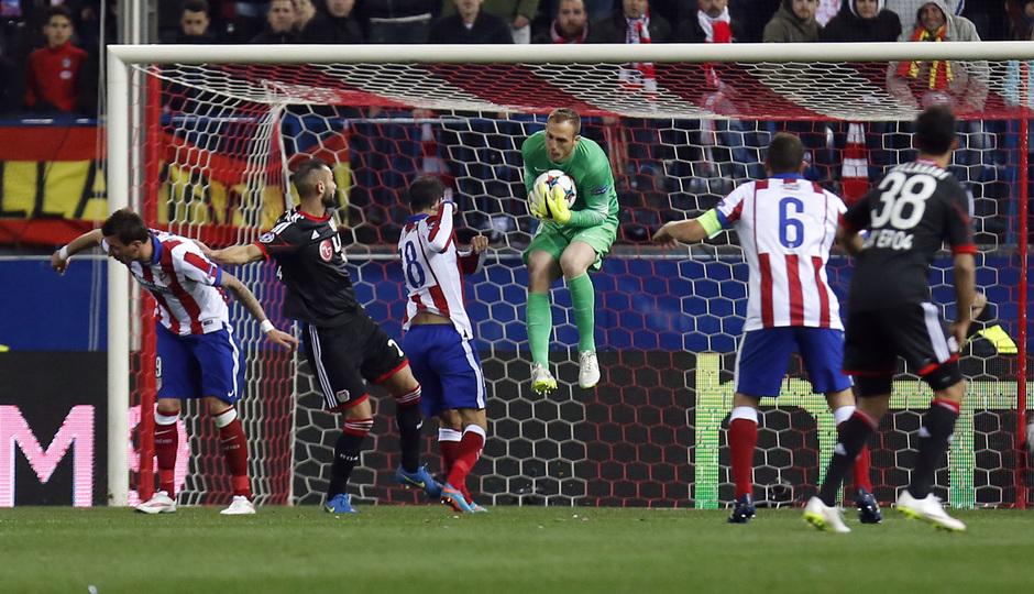 temporada 14/15. Partido Atlético Bayer de Champions. Oblak deteniendo un balón durante el partido