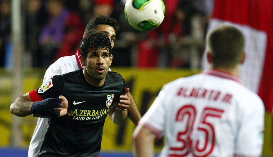 Temporada 12/13. Partido. Semifinales de la Copa del Rey. Diego Costa controlando un balón durante el partido en el Pizjuán