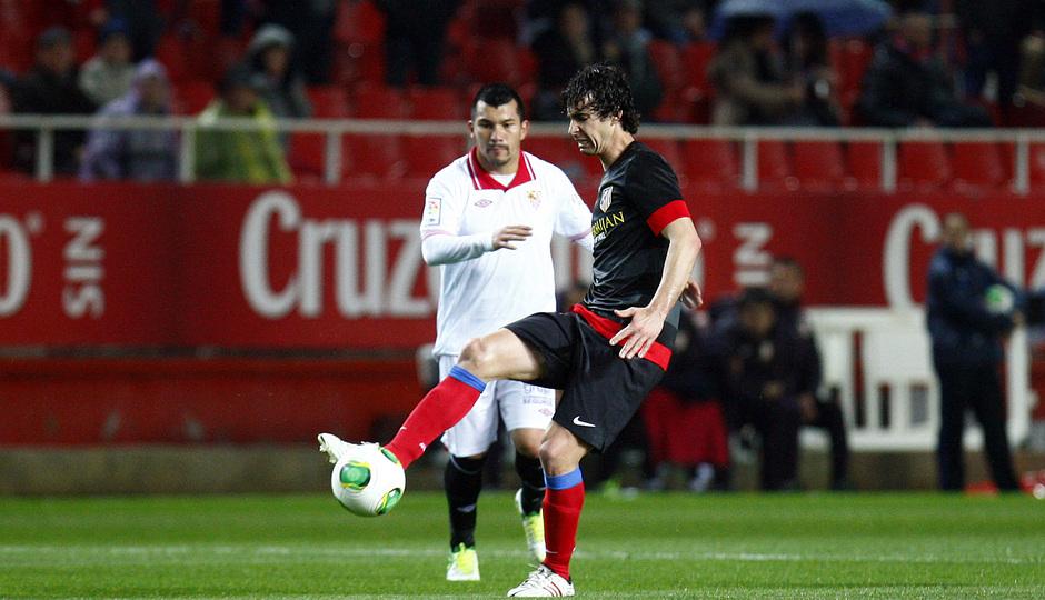 Temporada 12/13. Partido. Semifinales de la Copa del Rey. Tiago con el balón durante el partido en el Pizjuán
