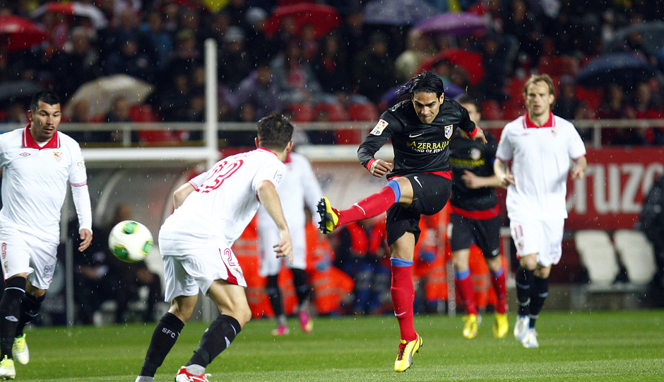 Temporada 12/13. Partido. Semifinales de la Copa del Rey. Falcao chutando a gol durante el partido en el Pizjuán de espaldas